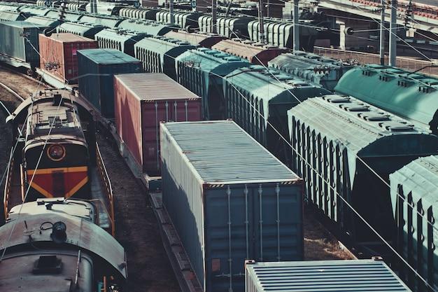 Industrie lourde. vieux train de marchandises sur chemin de fer au coucher du soleil
