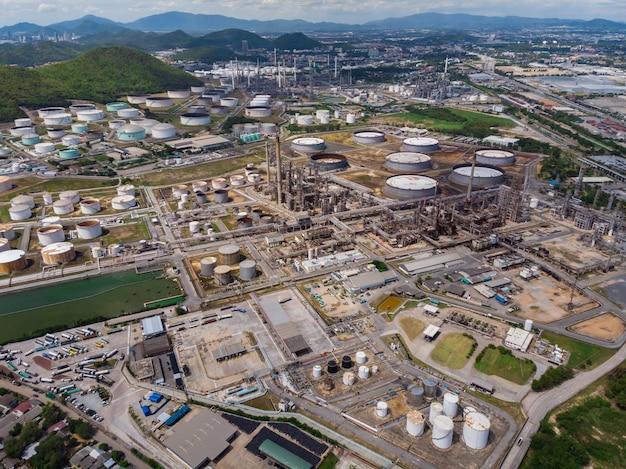 Industrie pétrochimique pétrole et gaz sur l'île vue aérienne de drone