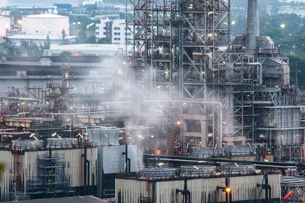 Industrie pétrolière et gazière - raffinerie de nuit - usine - usine pétrochimique