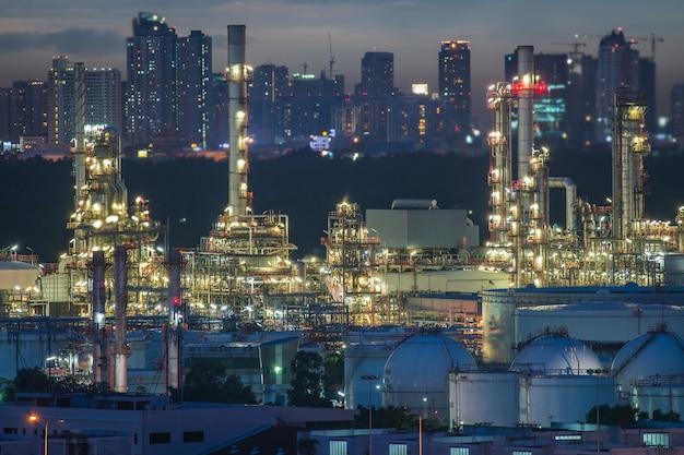 Industrie de raffinage de pétrole avec réservoir de stockage de pétrole dans la nuit