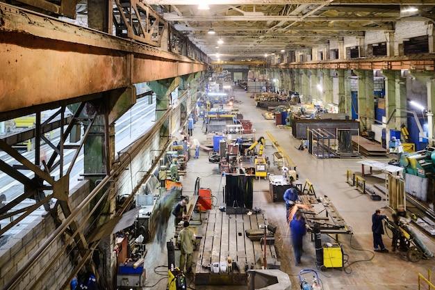 Industriel, atelier de fabrication de dispositifs amovibles de manutention. vue depuis le plafond.