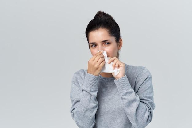 Infection de traitement de problèmes de santé de nez qui coule de femme froide