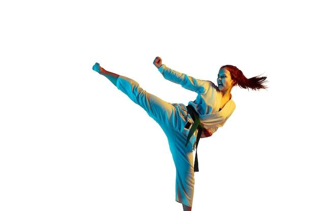 Infidélité. confiant junior en kimono pratiquant le combat au corps à corps