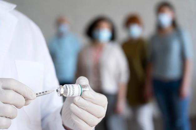 Infirmier masculin tenant le flacon de vaccin avec seringue