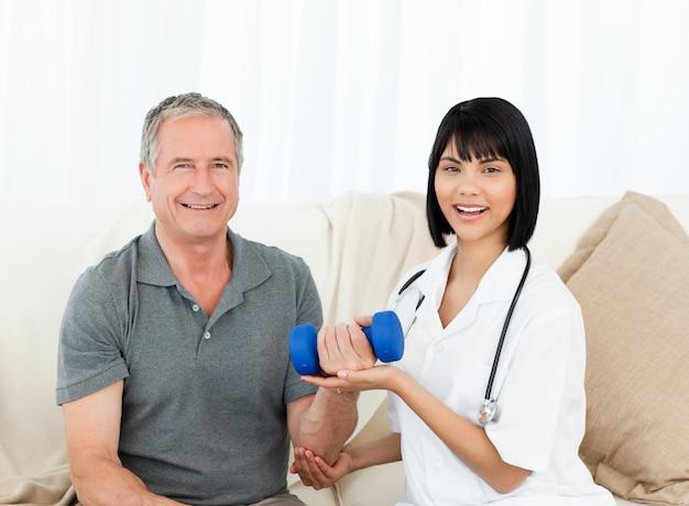 Infirmière aidant son patient à faire des exercices
