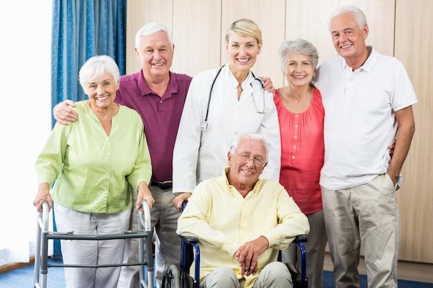 Infirmière, aînés, debout, ensemble