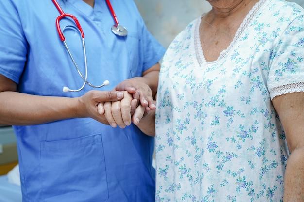 Infirmière asiatique physiothérapeute médecin