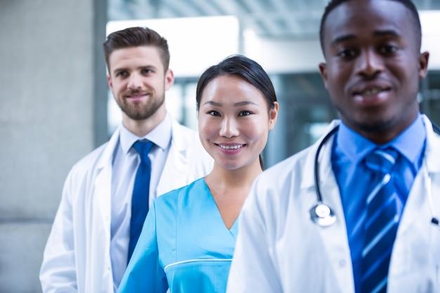 Infirmière confiante debout avec des collègues