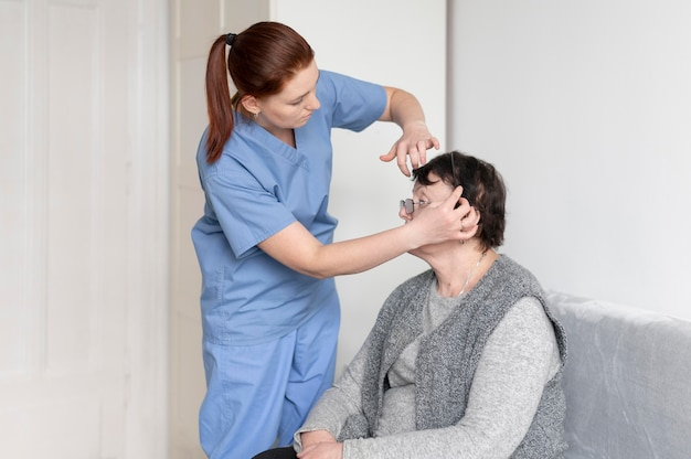 Infirmière coup moyen aidant la femme