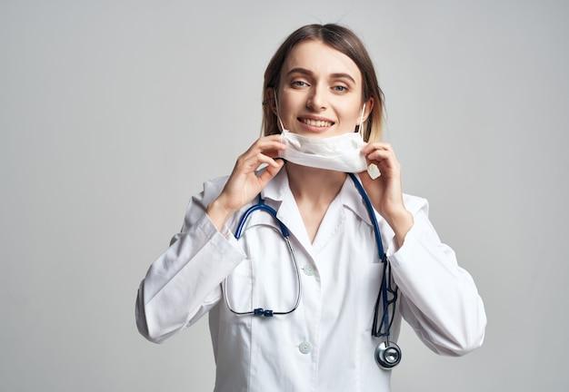 Infirmière dans un professionnel de la santé en robe blanche