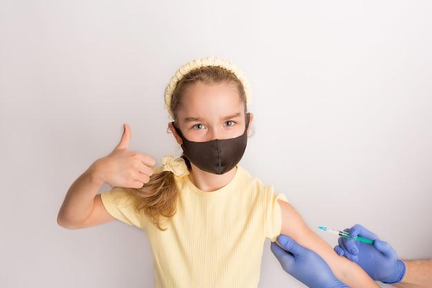Une infirmière donne des vaccins aux patients avec une seringue. fond blanc. gros plan d'une injection contre covid19. photo de haute qualité