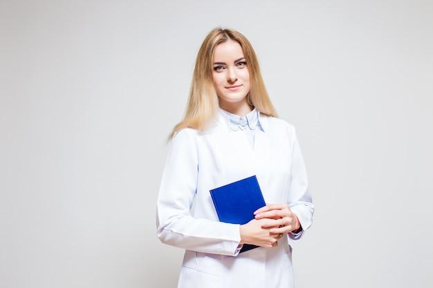 Infirmière avec un dossier bleu