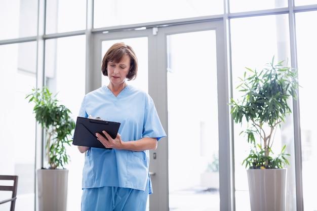 Infirmière, écriture, presse-papiers