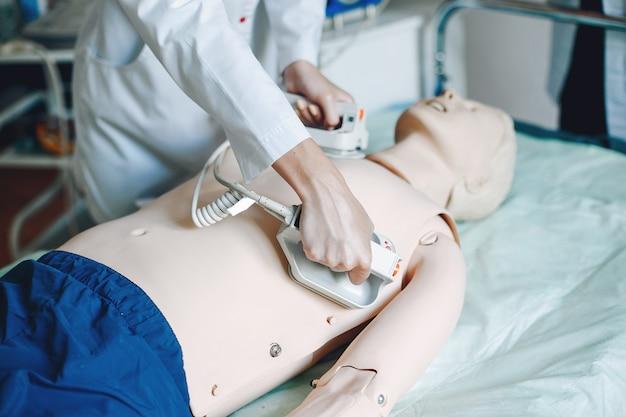 Infirmière avec un eguipment de médecine. la femme effectue des procédures dans le service.
