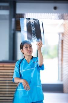 Infirmière examinant le rapport de radiographie