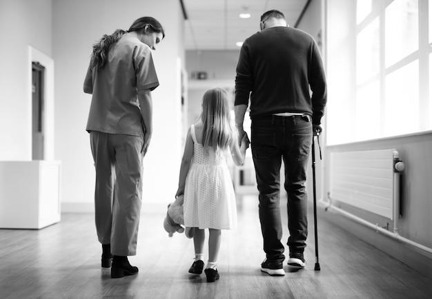 Infirmière marchant un patient dans le couloir