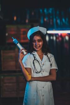 L'infirmière médecin insensée et effrayante d'horreur a tenu le couteau, femme zombie goth avec le concept d'halloween