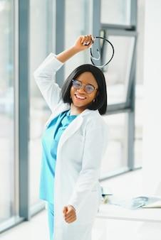 Infirmière noire isolée à l'hôpital