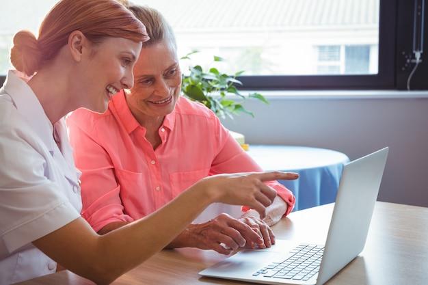 Infirmière, personne agee, femme, utilisation, ordinateur portable