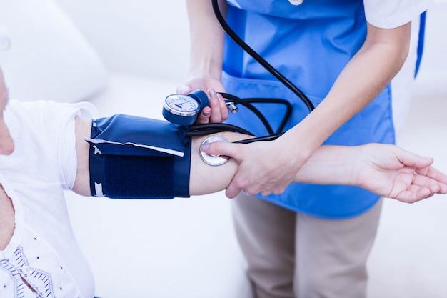 Infirmière prenant soin d'une femme âgée malade à la maison