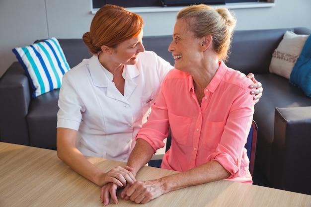 Infirmière en prenant soin d'une femme âgée