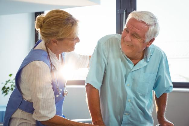 Infirmière en prenant soin d'un homme senior