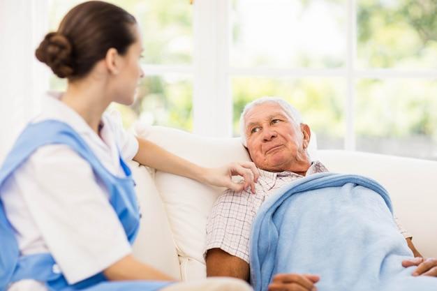 Infirmière prenant soin d'un patient âgé malade à la maison