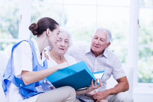 Infirmière prenant soin de patients âgés malades à la maison