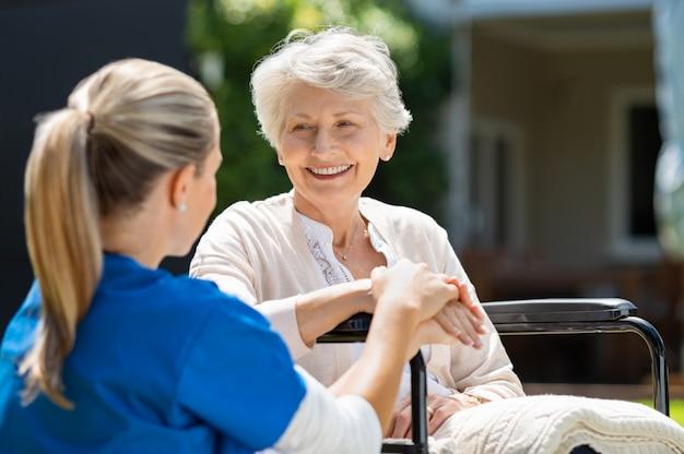 Infirmière s'occupe d'un vieux patient