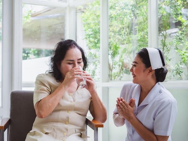 L'infirmière soigne les personnes âgées avec bonheur
