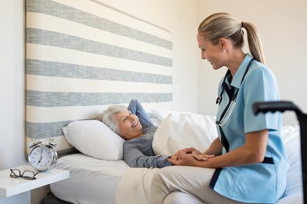 Infirmière, vérification, femme aînée, chez soi