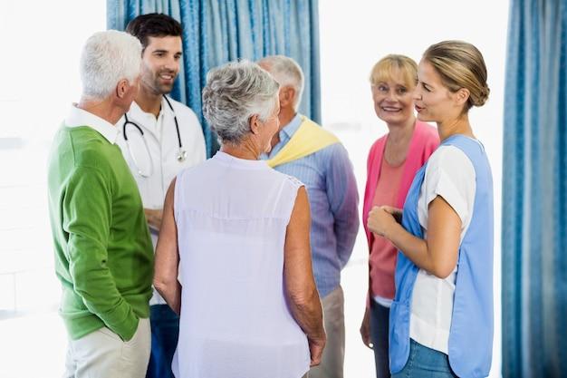 Des infirmières discutent avec des aînés