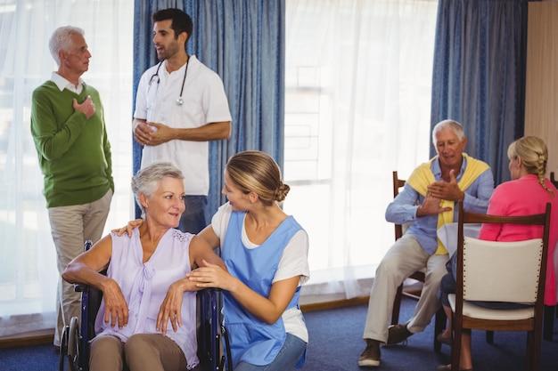 Des infirmières discutent avec des patients âgés