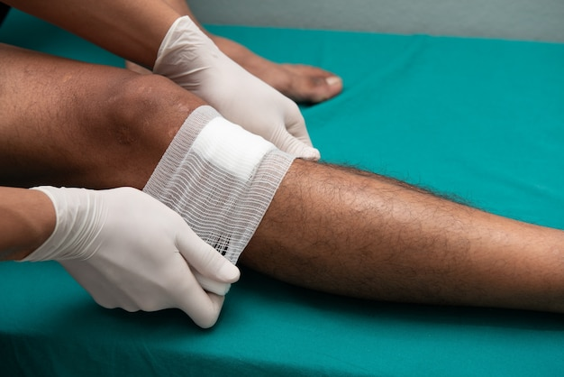 Les infirmières fabriquent des ulcères de jambe dans la salle d'urgence.