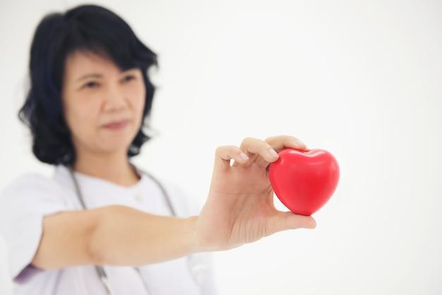 Les infirmières utilisent les mains pour montrer le concept de forme de coeur