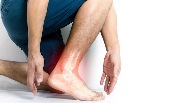 Inflammation de la cheville osseuse de l'homme avec inflammation