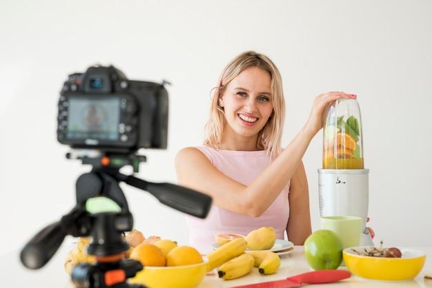 Influenceur blond enregistrant des aliments nutritifs