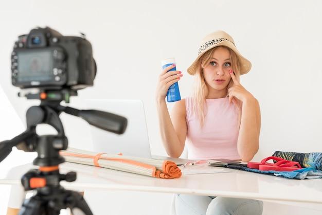 Un influenceur blond enregistre une vidéo de vacances
