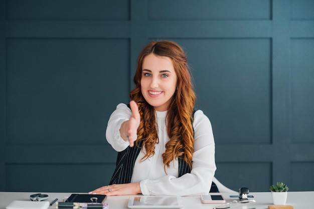 Influenceur des médias sociaux accueillant la main. expertise commerciale. service de marque en ligne.