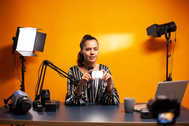 Influenceur parlant de mini led qui peut aussi être utilisée en studio