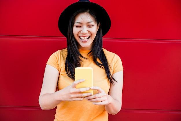 Influenceur social asiatique femme à l'aide de smartphone