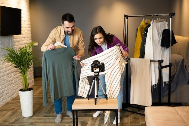 Les influenceurs blogueurs montrent des vêtements à leurs abonnés pour les vendre en magasin en ligne