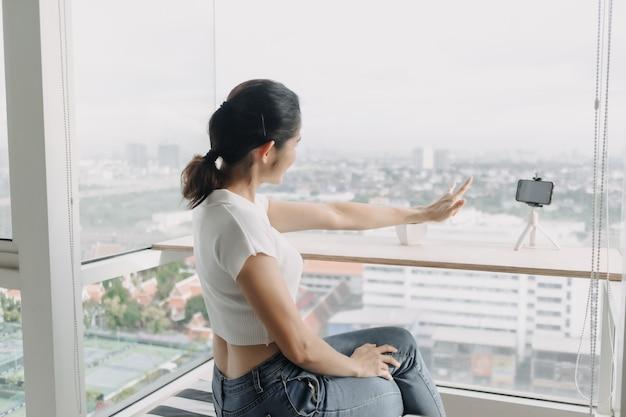 Une influenceuse enregistre un clip d'elle-même avec un smartphone