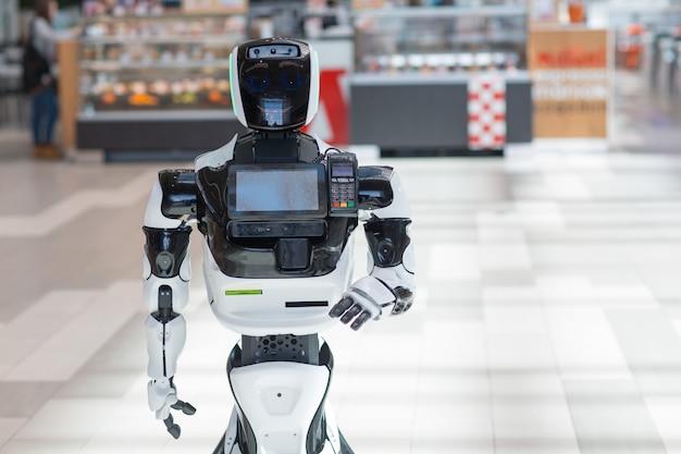 Informateur conseiller robot dans le magasin