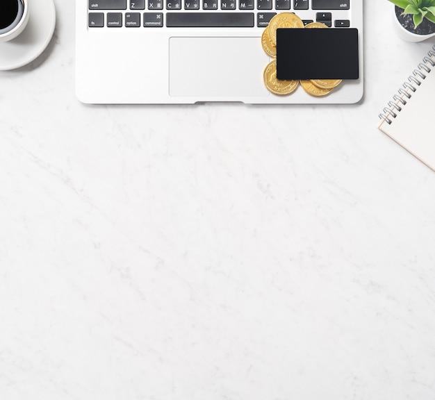 Informations financières de concept d'affaires, de comptabilité et de paiement isolé sur une table de bureau en marbre moderne