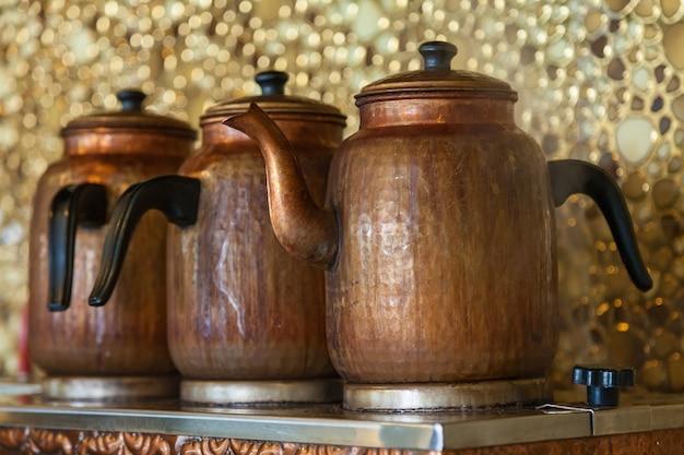 Infusion de thé au feu de bois.turquie. équipement de chauffage de l'eau en turquie
