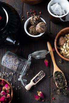 Infusion de thé floral naturel aux herbes avec des ingrédients de lavande de fleurs séchées