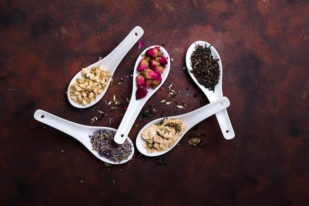 Infusion de thé floral naturel à base de plantes avec fleurs séchées à la lavande sur des cuillères en argile