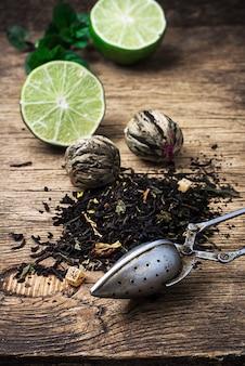 Infusion de thé à la lime et à la menthe sur un fond en bois de style rustique.