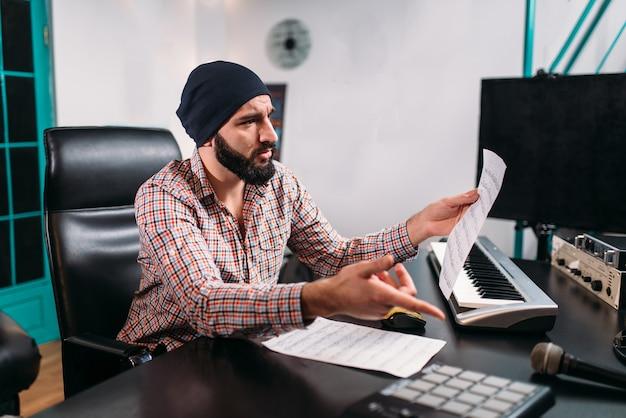 Ingénierie audio, l'homme travaille avec un clavier musical